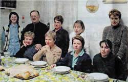 Don Camillo insieme alle donne immigrate che ospitava